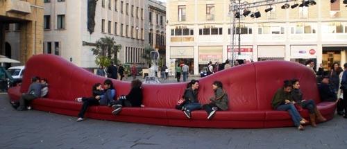 Super divano nella piazza di Lecce (2821 clic)