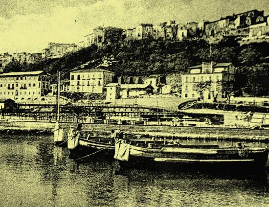 il molo del carbone anni trenta- sulla sinistra l'hotel Gobbo - Ortona (2922 clic)
