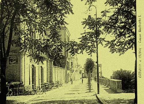 1940 all'angolo del Palazzo Farnese - Ortona (3703 clic)