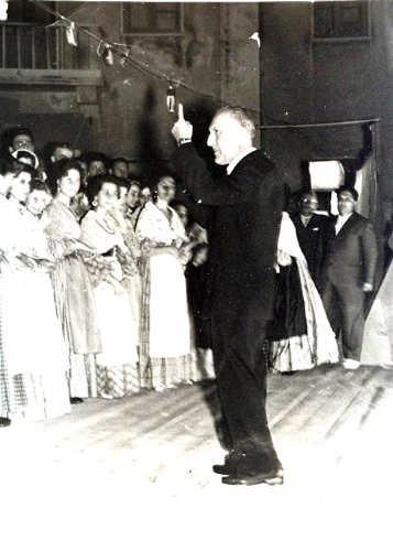 anni 50 il Maestro Di Jorio dirige il coro della Maggiolata - Ortona (3307 clic)