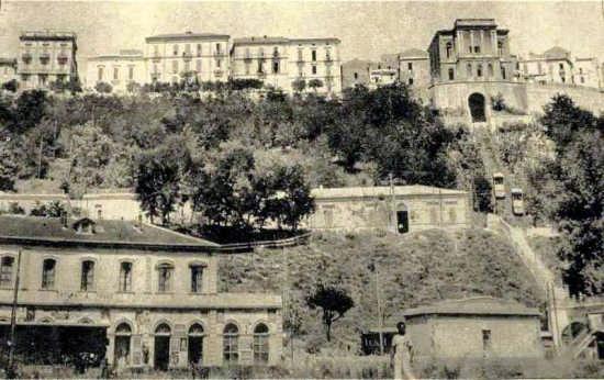 anni 30 la stazione ferroviaria e la funicolare per il paese alto - Ortona (4554 clic)