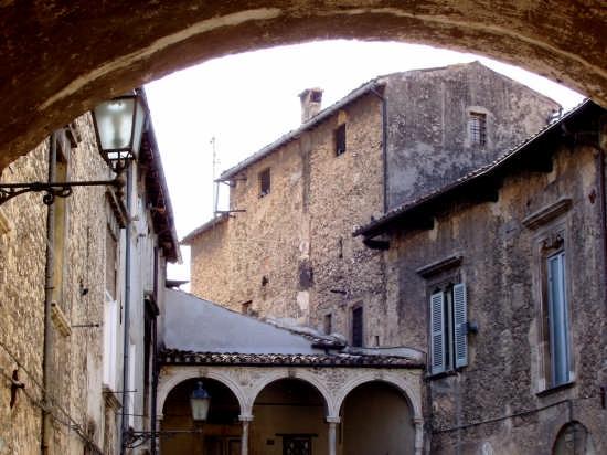 uno scorcio del centro storico - Popoli (3098 clic)