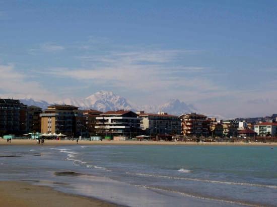 il gruppo del Gran Sasso visto dal porto - Pescara (3860 clic)