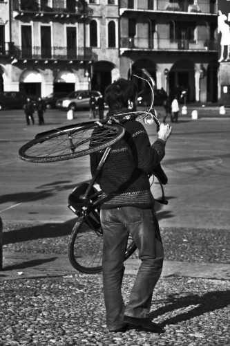 bici in spalla - Padova (4124 clic)
