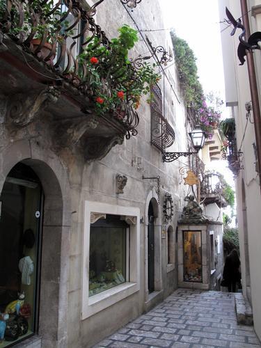 Vicolo fiorito - Taormina (4055 clic)