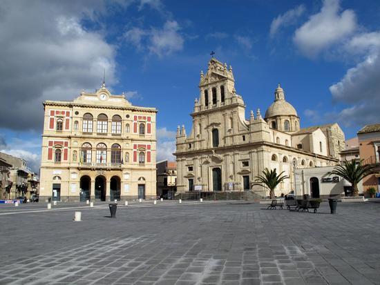 Piazza con Municipio e Duomo - Grammichele (4787 clic)