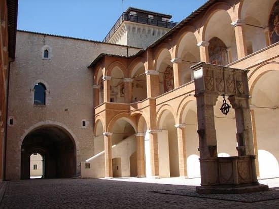 Cortile interno della Rocca - Spoleto (4054 clic)