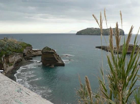 Fascino invernale - vista verso S. Stefano - Ventotene (3040 clic)