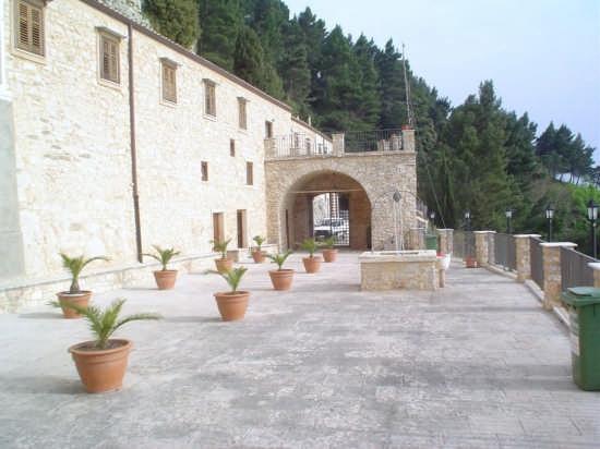 Cortile di accesso al Santuario Madonna del Balzo - Bisacquino (5337 clic)