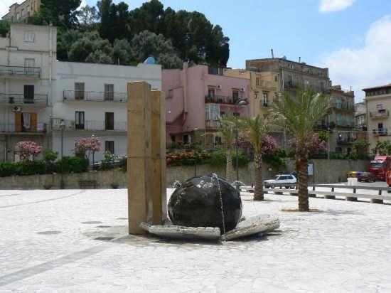 MONUMENTO IN PIAZZA CARONESI NEL MONDO - Caronia (5159 clic)