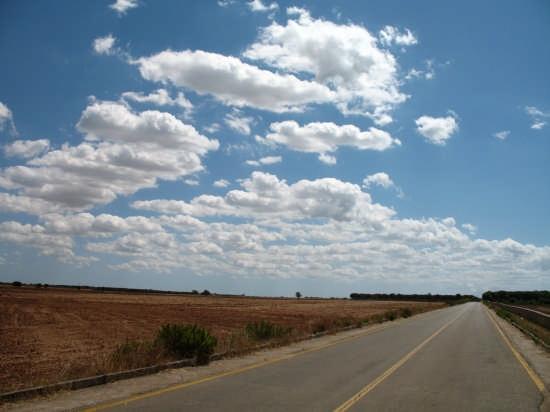 Nuvole,terra rossa e strada - Nardò (3276 clic)