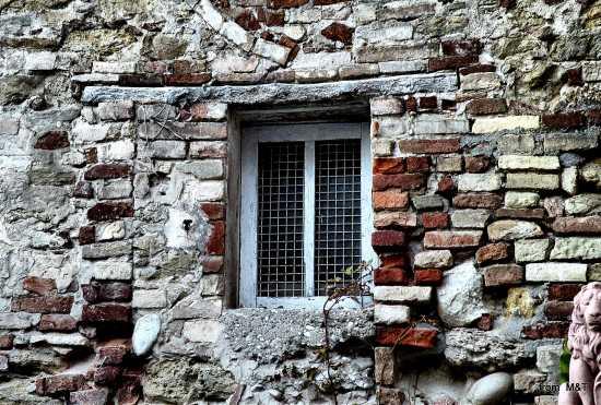 Una finestra - Grottammare (2712 clic)