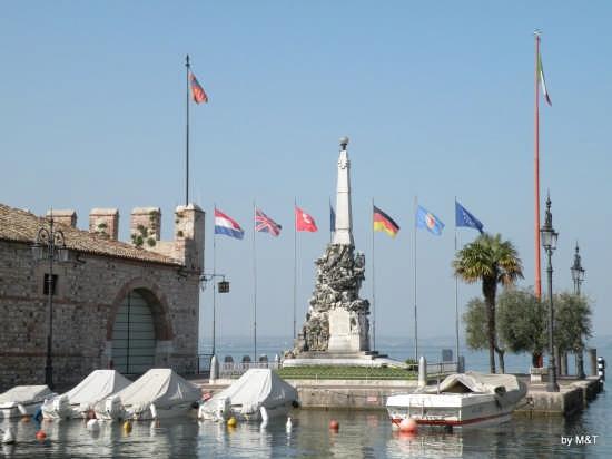 Ormeggio con monumento - Lazise (3358 clic)