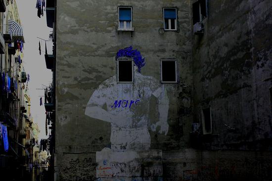 Vicolo della Concordia, Napoli. Una maglia, un Destino. Maradona nel Mito e.... nella finestra (3576 clic)