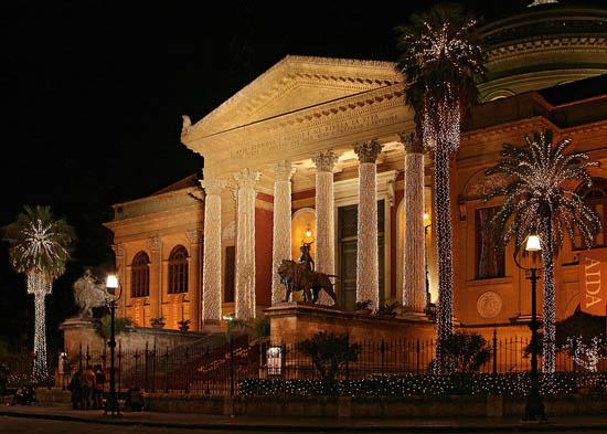 Teatro Massimo durante le festività natalizie 2007 - Palermo (4569 clic)
