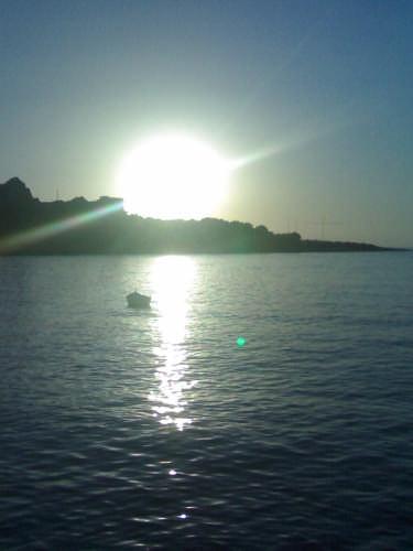 una barchetta accanto al sole - Sferracavallo (3485 clic)