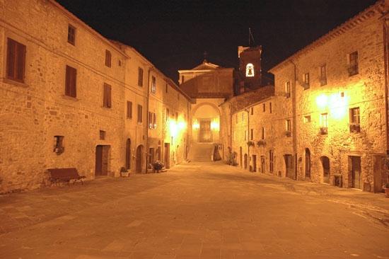 Chianni  - piazza di Castello (3101 clic)