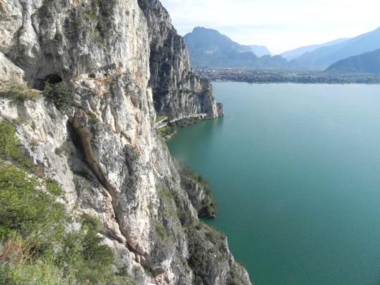Vista del lago di Garda dalla strada Ponale - Riva del garda (2712 clic)