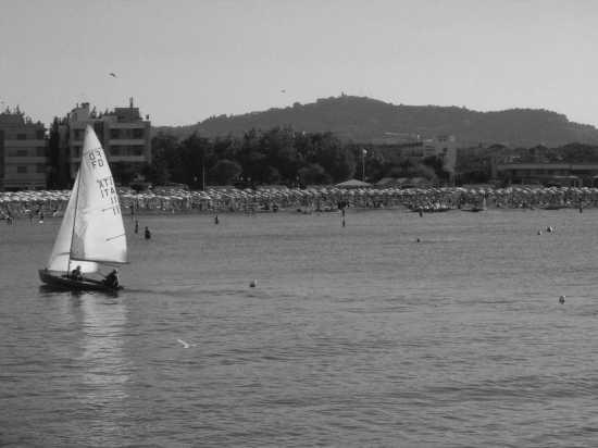 barca a vela spiaggia Lido di Fano con sfondo Eremo di Monte Giove (4468 clic)