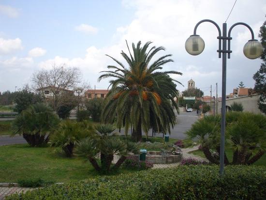 Piazza comunale  con parco verde a Zerfaliu (994 clic)