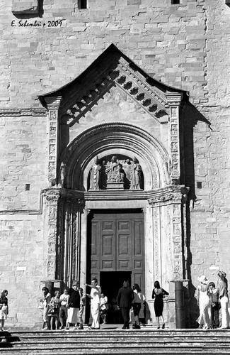 La Cattedrale, portale laterale. - Arezzo (2143 clic)