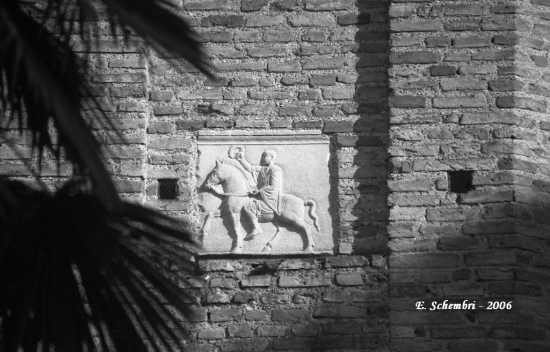 Bassorilievo romano sul Battistero Neoniano. - Ravenna (3209 clic)