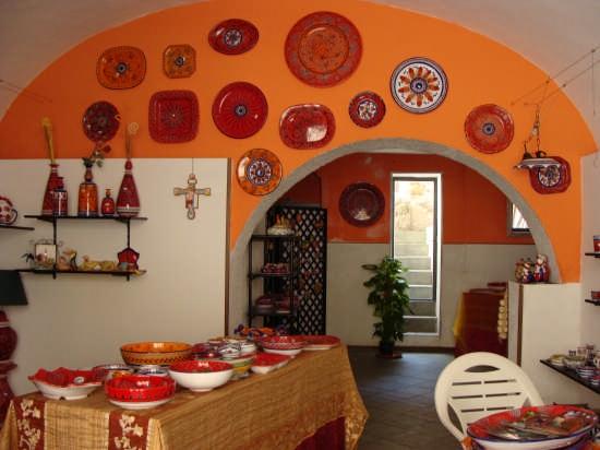 Cefalù-un negozio in via Mandralisca (3460 clic)