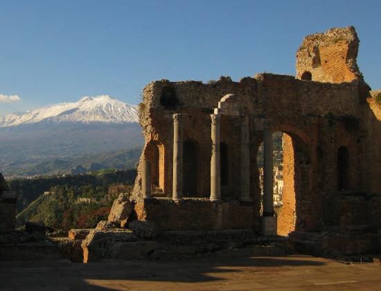 Taormina,vista sul'Etna dal teatro greco(III sec A.C)  (6036 clic)