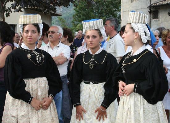in attesa della processione-SCANNO (2731 clic)