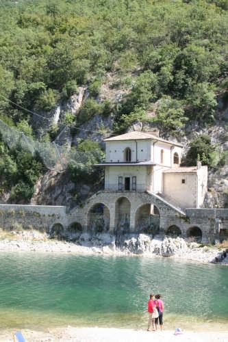 chiesa sul lago - Scanno (1987 clic)