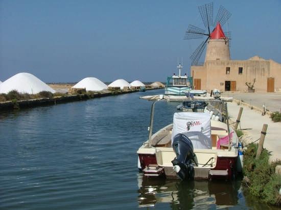 saline vicino all'isola di Mozia, verso Marsala (6930 clic)