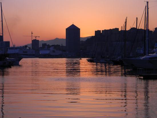 Porto antico: sullo sfondo il matitone - Genova (3101 clic)