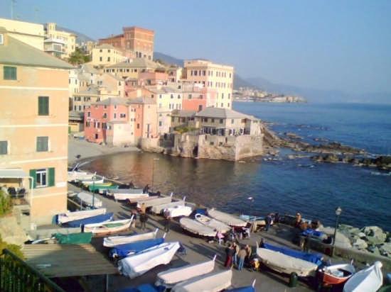 Boccadasse: azzurro sul borgo....barche... - Genova (3214 clic)