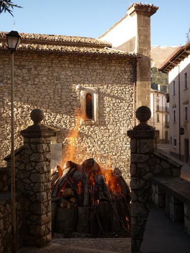Il Fuoco di  Sant 'Antonio Abate - PESCOCOSTANZO - inserita il 01-Feb-11