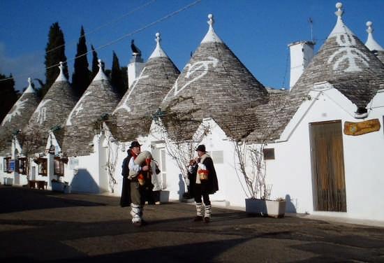 Suonatori di cornamuse fra i trulli  - ALBEROBELLO - inserita il 30-Sep-08