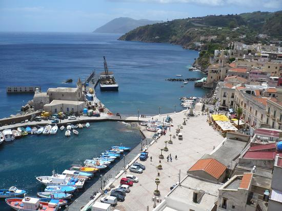 La piazzetta di Marina Corta vista dal Castello - Lipari (4338 clic)