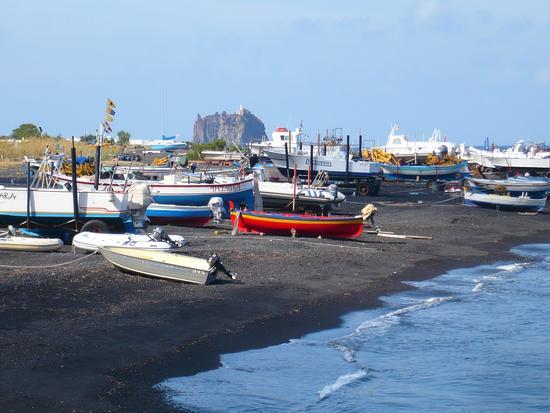 La spiaggia nera e, in lontananza, Strombolicchio (4079 clic)