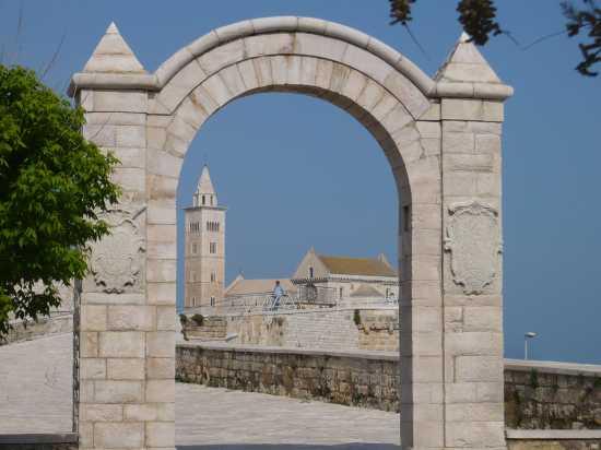 Guardando la cattedrale dai giardini della villa - Trani (3101 clic)