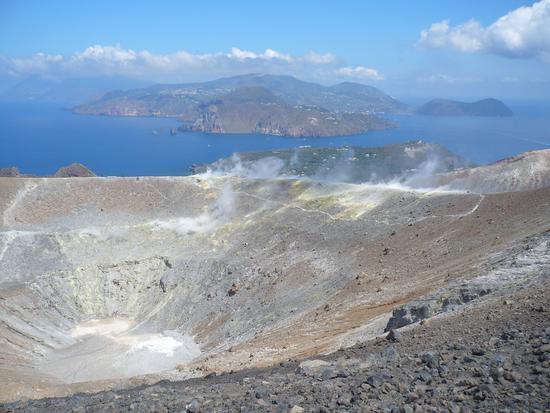 Il Gran Cratere e Lipari sullo sfondo - Vulcano (4530 clic)