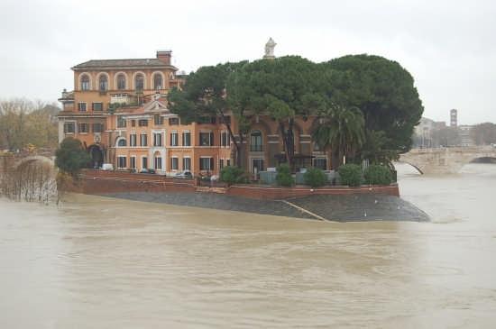 Piena del tevere all'isola Tiberina 12.12.2008 - Roma (4520 clic)