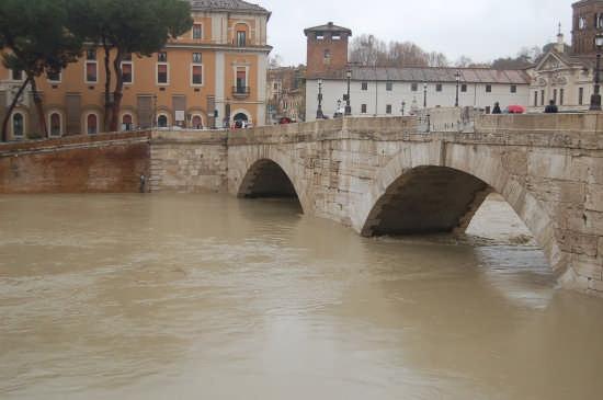 Piena del tevere all'isola Tiberina 12.12.2008 - Roma (2448 clic)