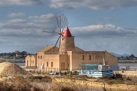 mulino a vento e sullo sfondo mozia stagnone di Marsala (8563 clic)