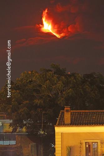 Etna eruzione del 30 luglio 2011 vista da Valverde (2900 clic)