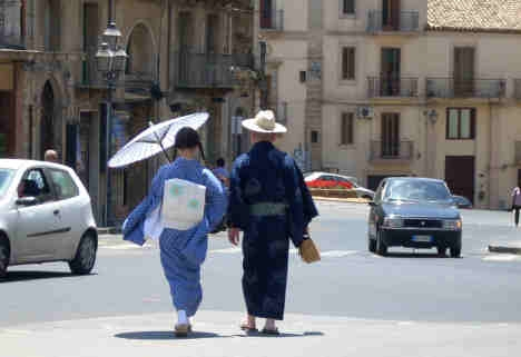 CALTAGIRONE -  Gente del sol levante  nell'isola del sole (3440 clic)