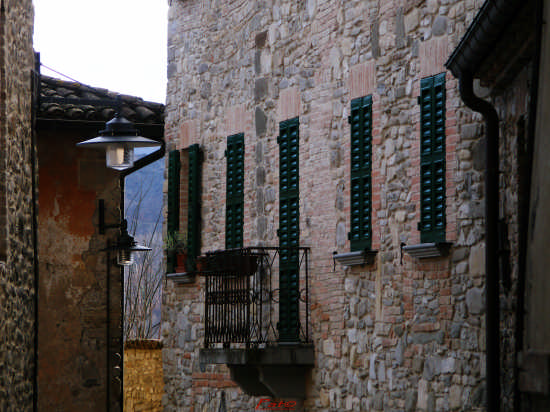 I lampioni e il balconcino - Viazzano (2075 clic)