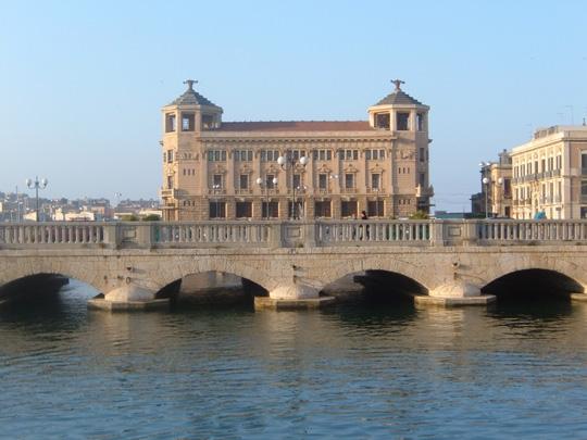 Ponte Umbertino con lo sfondo dell' ex Palazzo delle Poste - Siracusa (9644 clic)