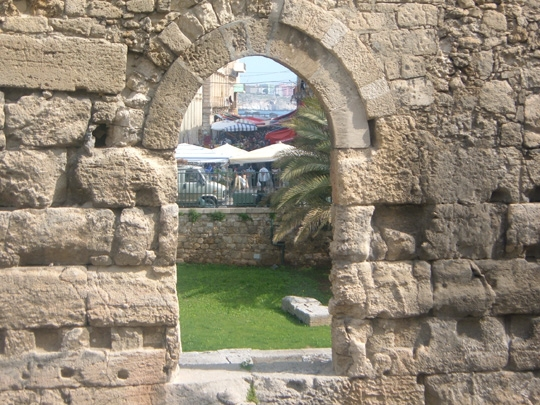 Tempio di Apollo e sullo sfondo l' antico mercato di Ortigia - Siracusa (4755 clic)