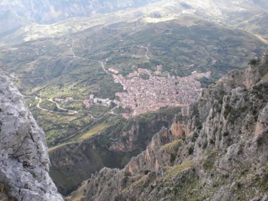Isnello vista  dalle montagne di Gratteri (4655 clic)