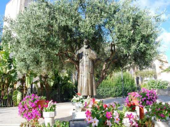 Piazza Padre Pio di Pietralcina - Alcamo (2641 clic)