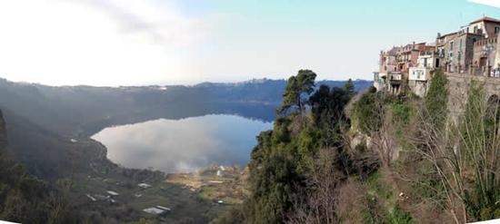 Il rione Pullarella con il lago - Nemi (2203 clic)